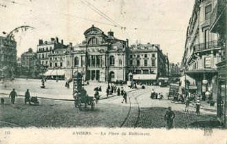 Carte postale ancienne de la place.